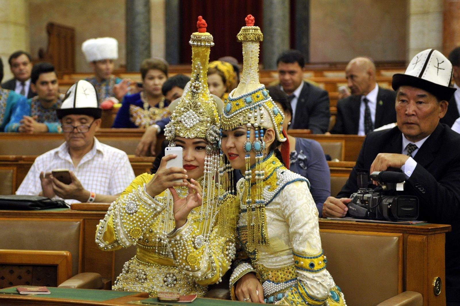 A Parlamentben szelfiztek a Kurultáj résztvevői