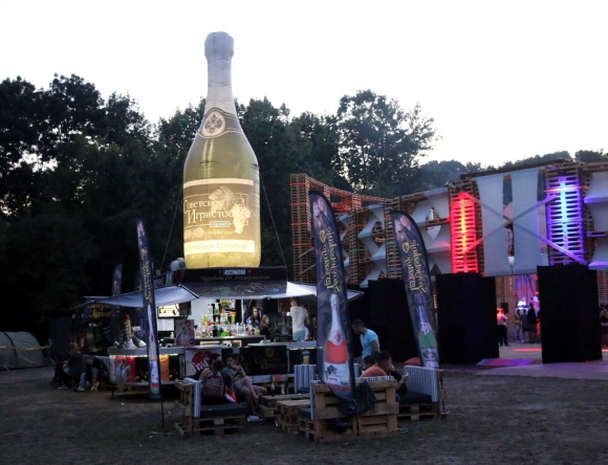 Az izsáki Szovjetszkoje pezsgő installációja a Sziget legjobbjai között