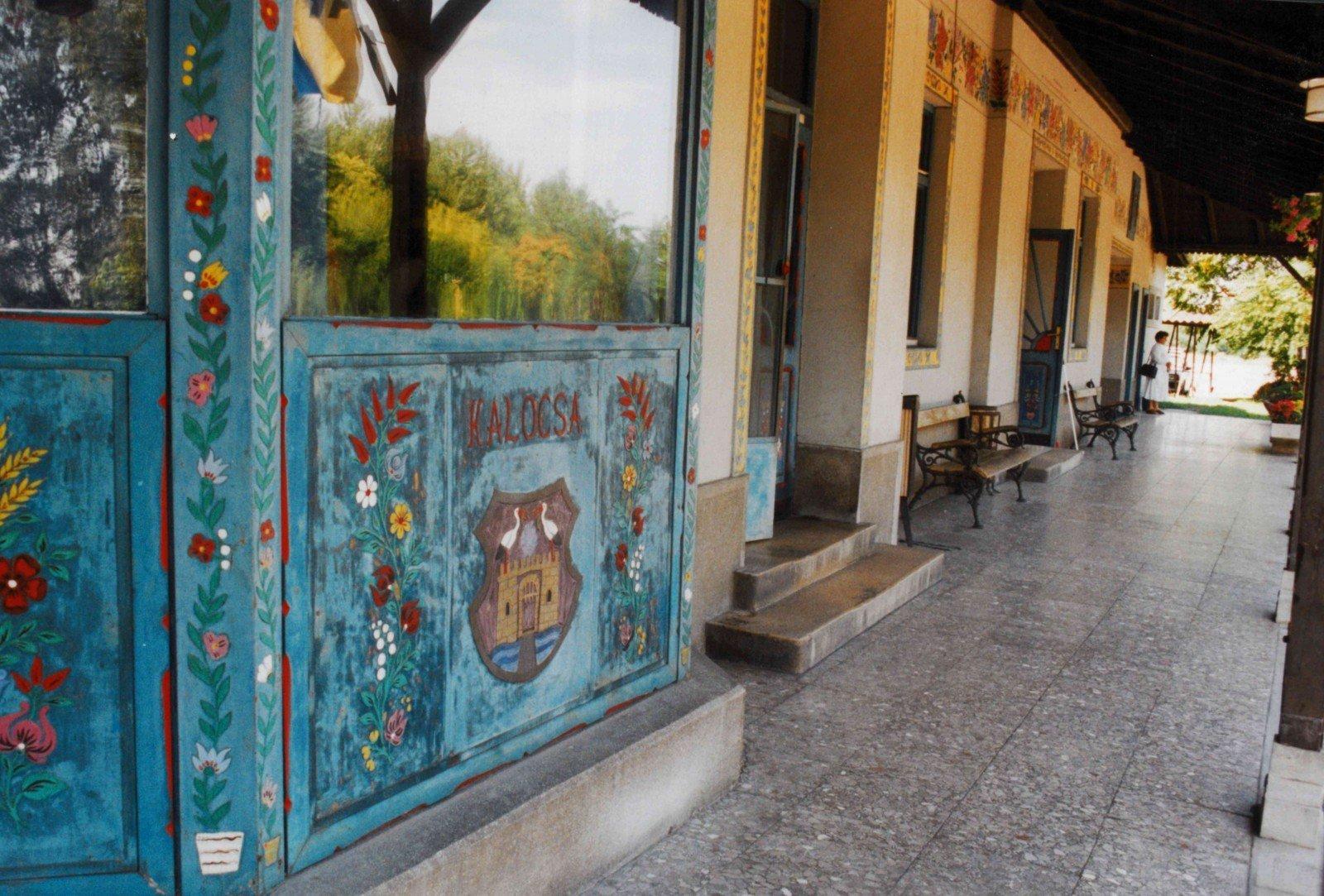 Kalocsai szürreális - holnap nyit a vasút nélküli vasútállomás Kalocsán