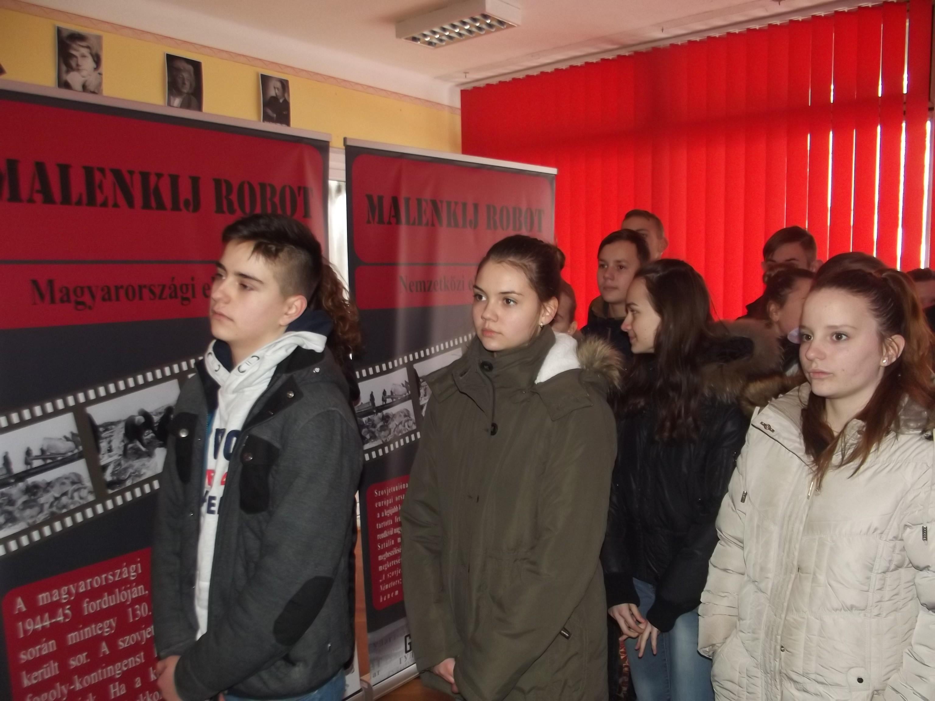 Kunfehértón is nagy érdeklődéssel fogadták a Malenkij robot vándorkiállítást