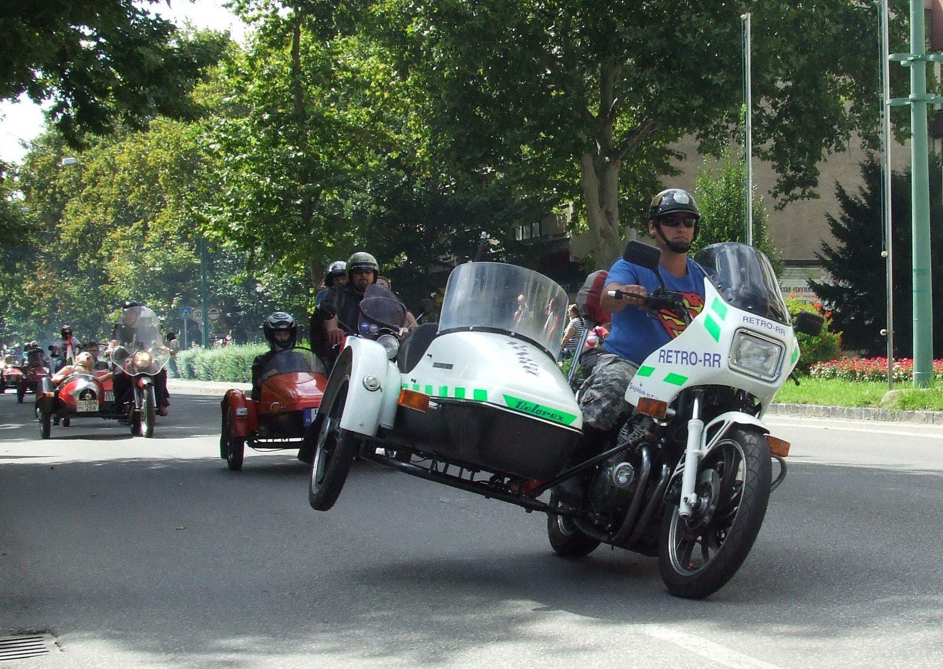 Újra Félegyházán repesztenek Közép-Európa oldalkocsis motorosai