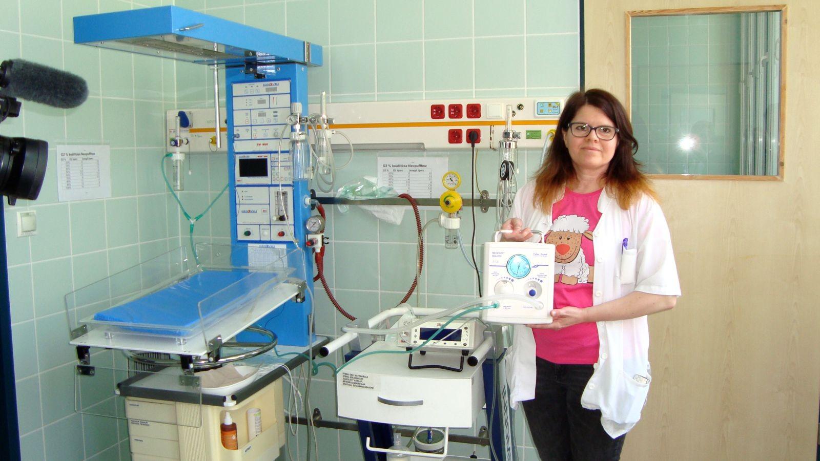 Csecsemő újraélesztő, lélegeztető készüléket kapott a kalocsai kórház