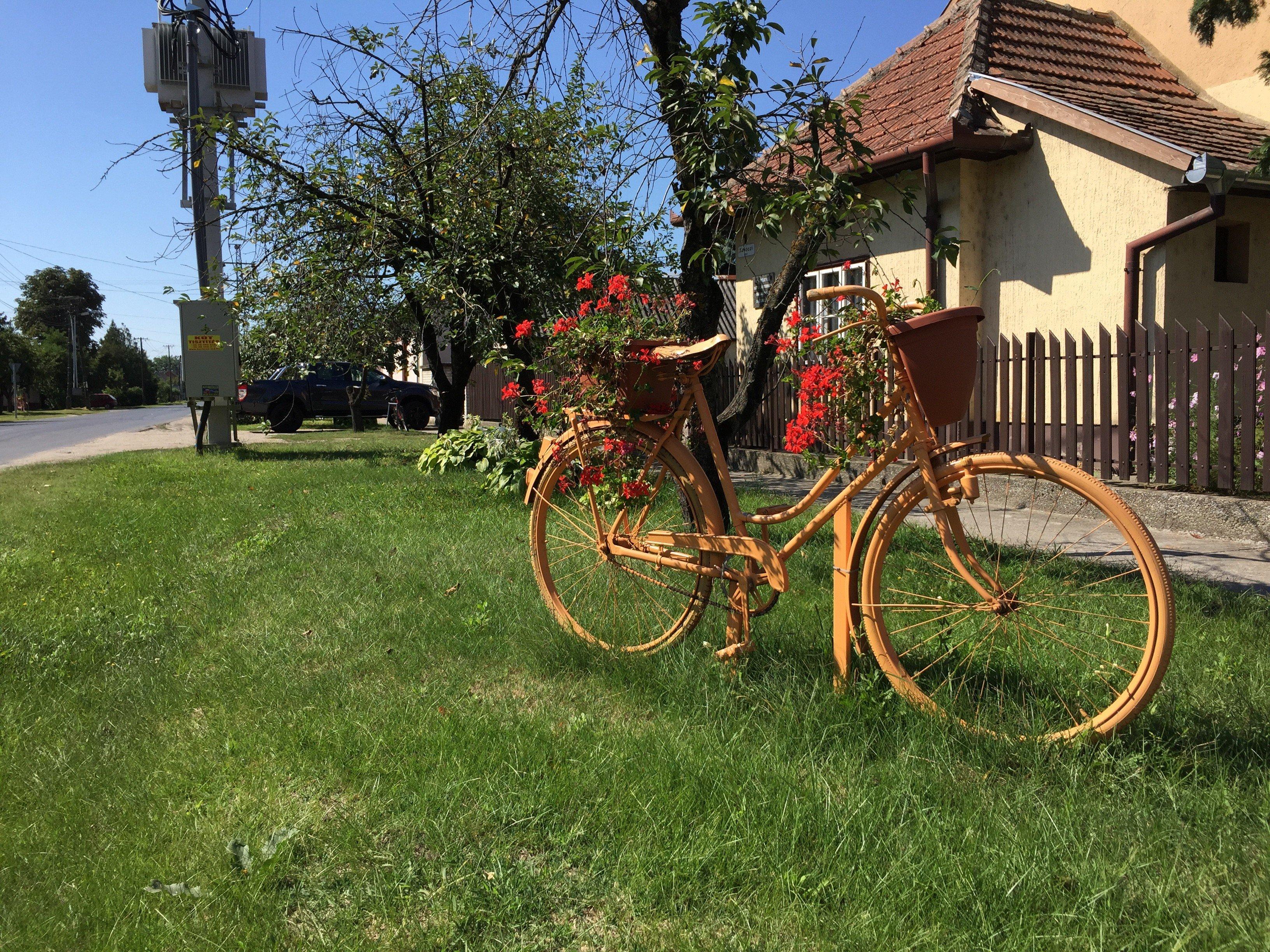 Tázlár, a bringás - virágos falu