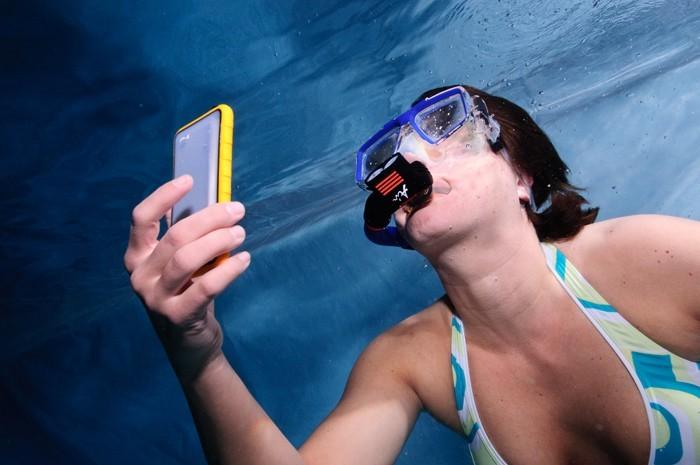 A nők fele még a medencébe is magával viszi a telefonját, Bács-Kiskunban ez minden harmadik emberre igaz