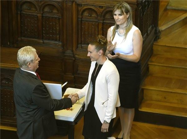 Budapest díszpolgárává avatták Hosszú Katinkát
