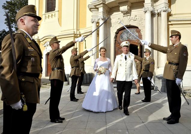 Minden idők egyik legkatonásabb esküvőjét tartották Kalocsán