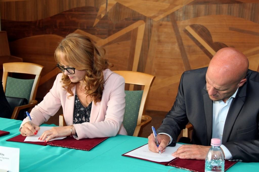 Együttműködést írt alá a Neumann János Egyetem és a RÖPKE SE