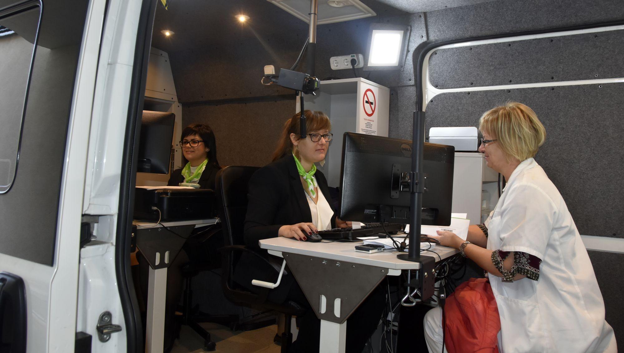 Kecskeméten segít a Kormányablak-busz e-személyit készíteni