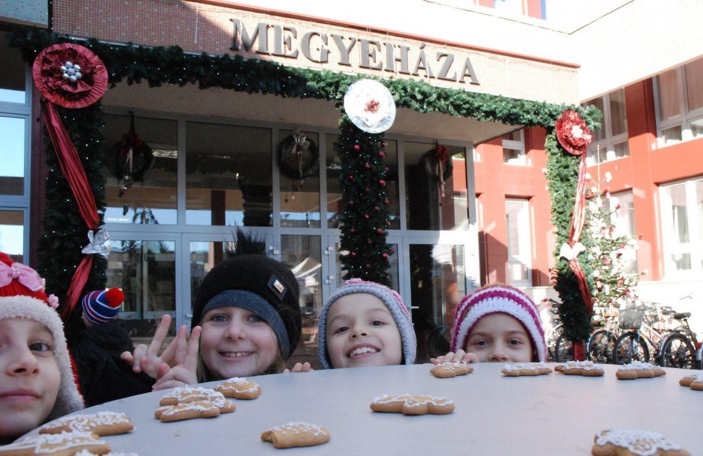Karácsonyi készülődés Kecskeméten a Megyeháza előtt
