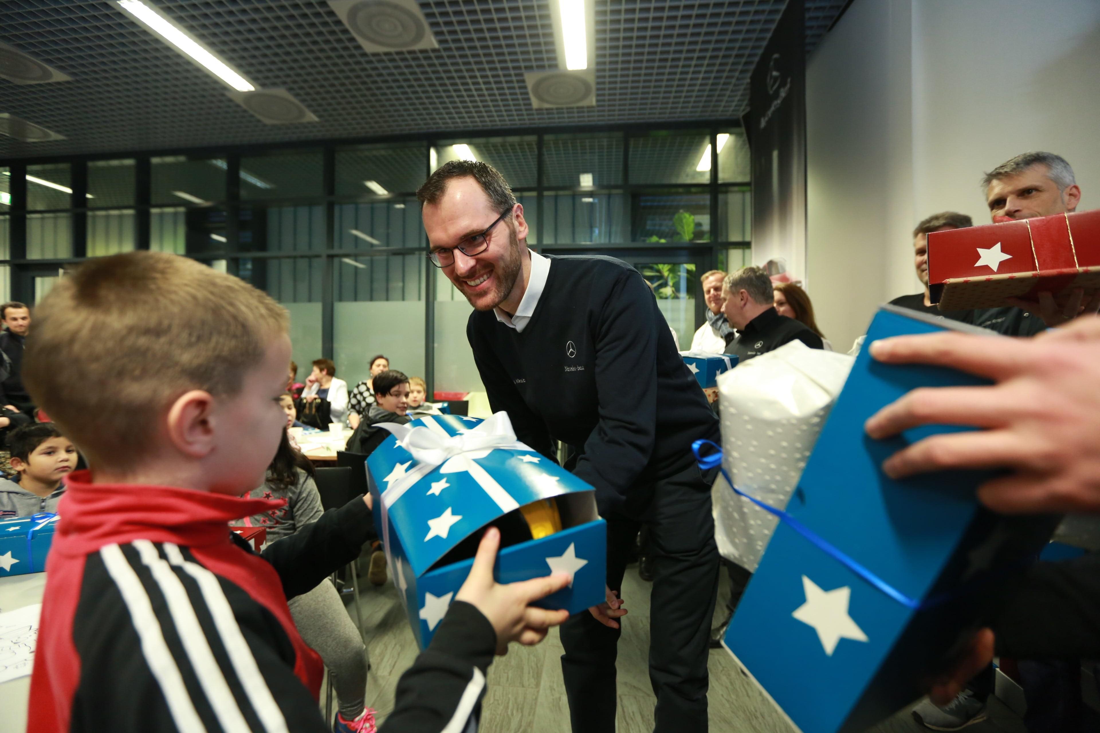 Harmadik alkalommal szervezett karácsonyi adománygyűjtést a kecskeméti Mercedes-Benz gyár