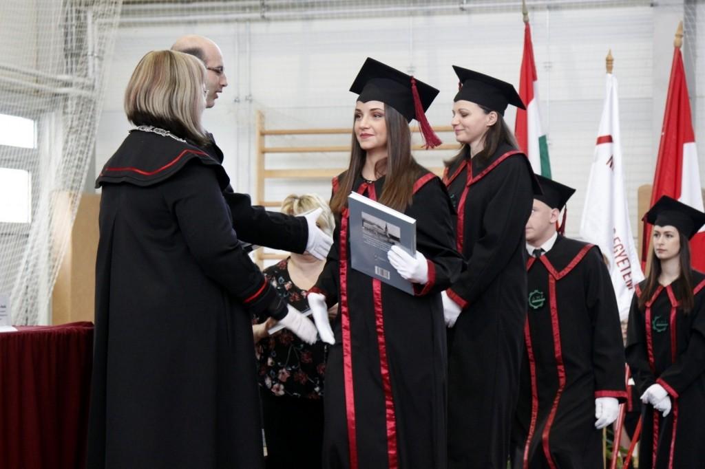Diplomaátadó ünnepi szenátusi ülést tartottak a kecskeméti egyetemen