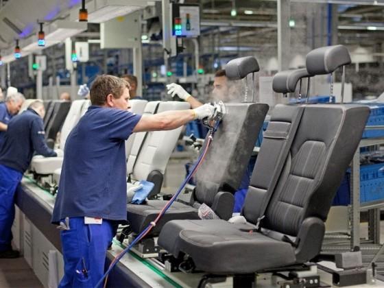 Hárommilliárdos fejlesztés az Adient autóipari cégnél