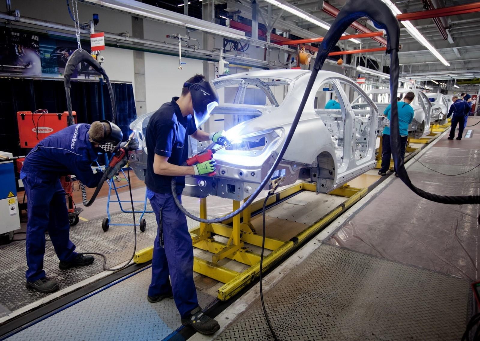 Keresik a megoldást a munkaerő-elvándorlásra a Mercedes kecskeméti gyárában
