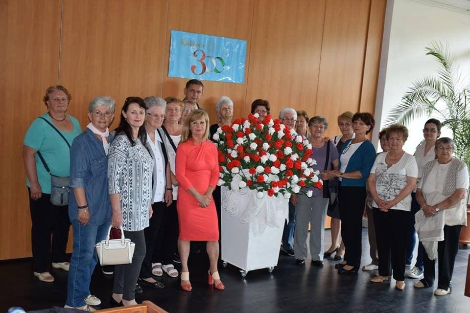 300 szál hímzett rózsával köszöntötték a 300 éves Kiskőröst