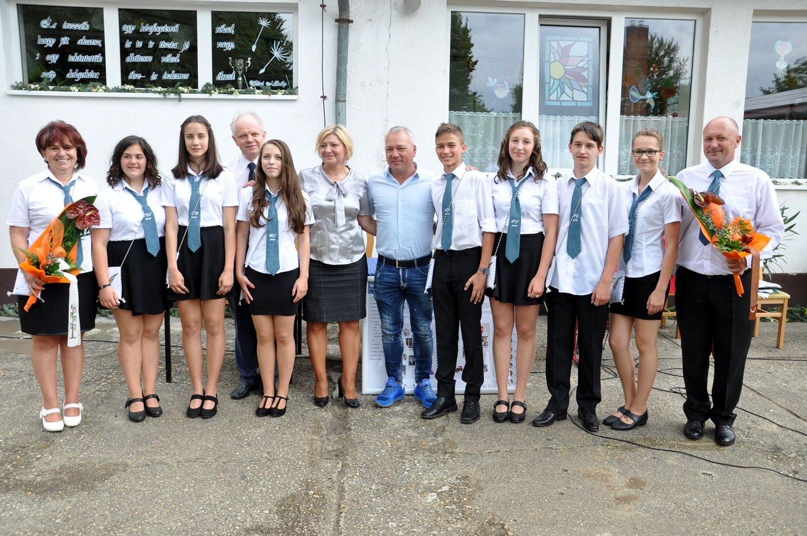 Ballagó szentkirályi diákokat jutalmazott Balogh Levente