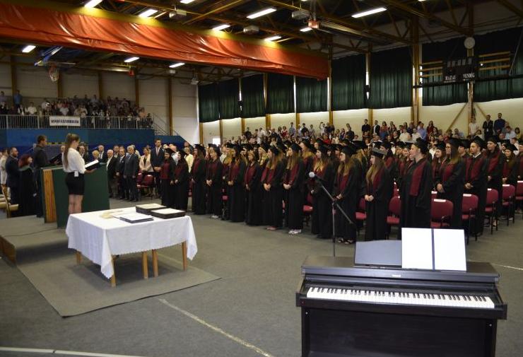 Pedagógusok és közgazdászok szereztek diplomát Baján