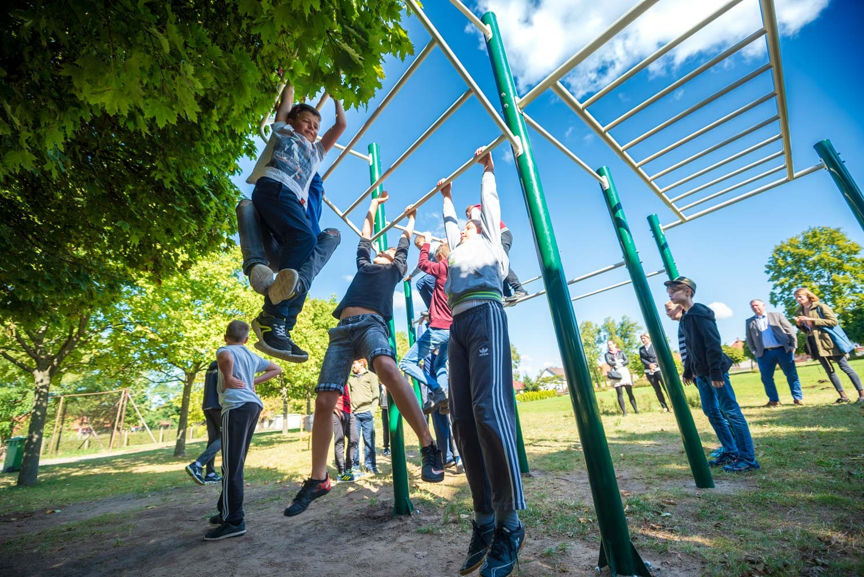 Okostelefon helyett mászóka: sporteszközöket kapott a szentkirályi iskola