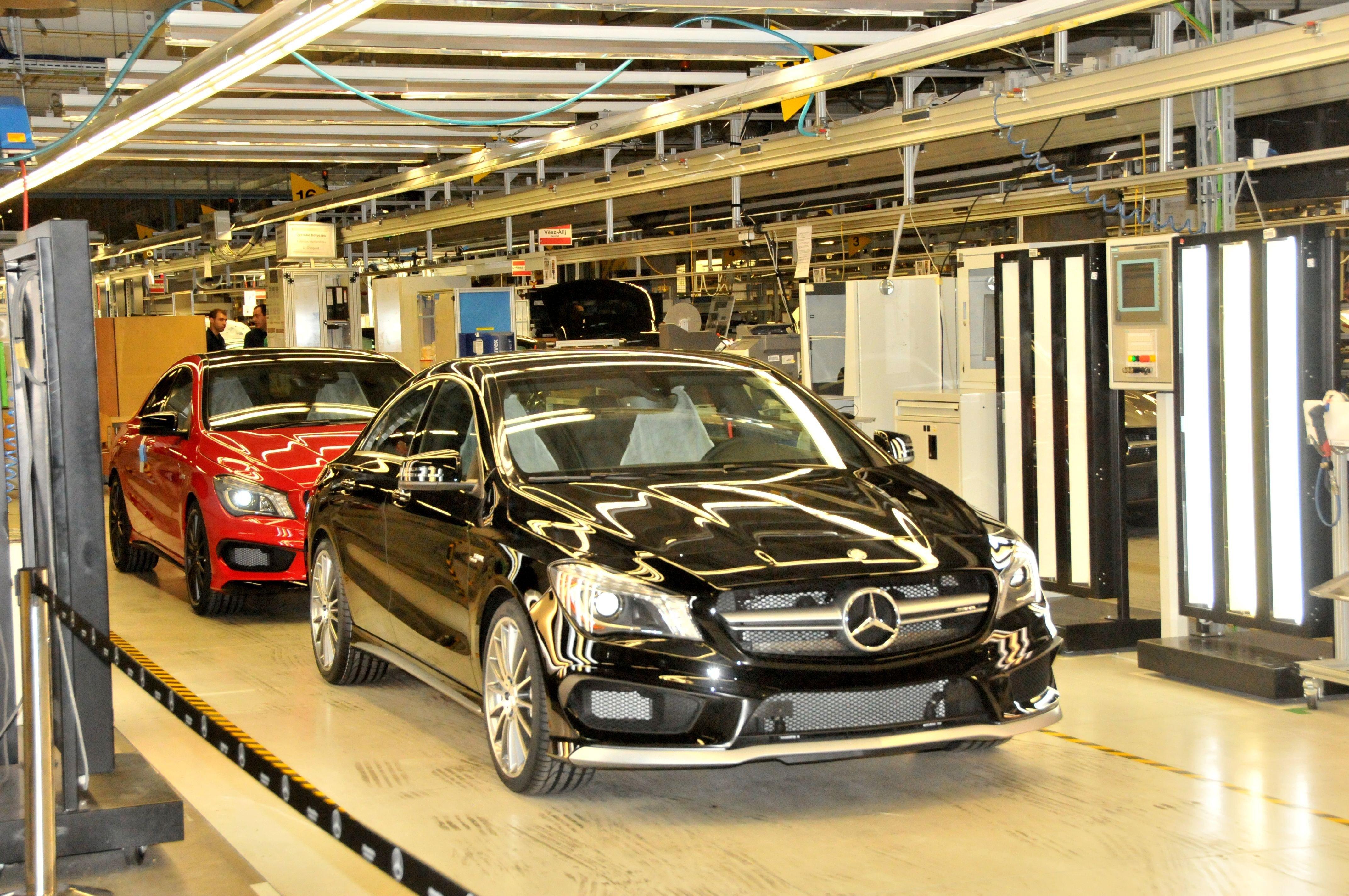 A kecskeméti Mercedes-gyár bővítéséről tájékozódott a technológiaminiszter