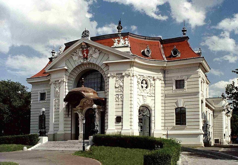 Feltárja titkait Kecskemét 122 éves színháza
