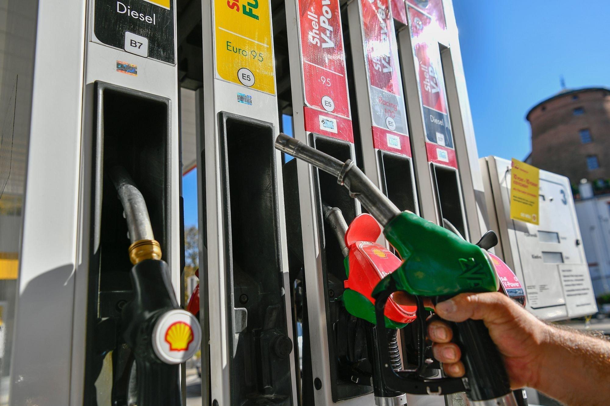 Bevezették az egységes üzemanyag-jelölő címkéket a benzinkutakon