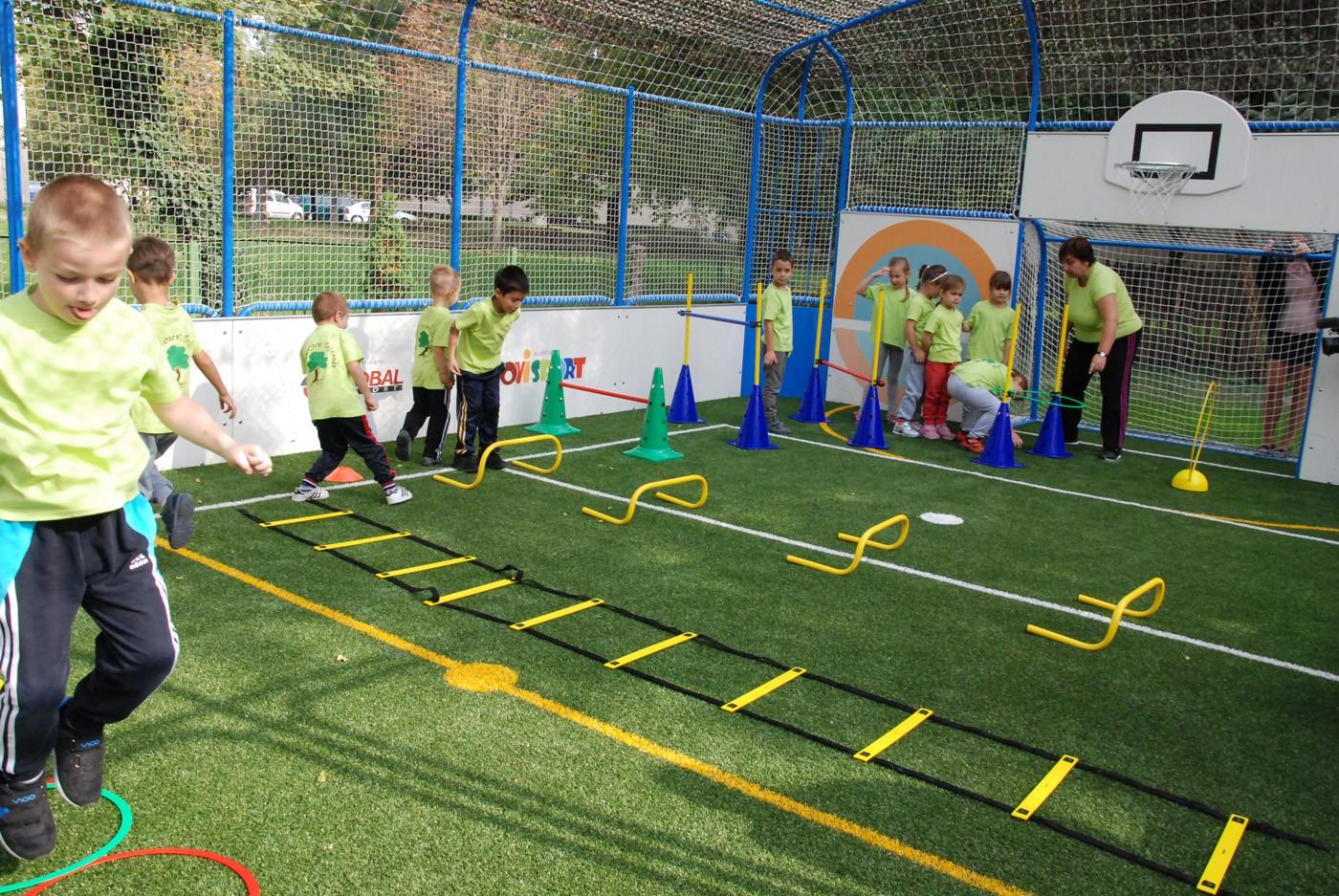 Műfüves sportpályát kapott a kalocsai Zöldfa utcai ovi