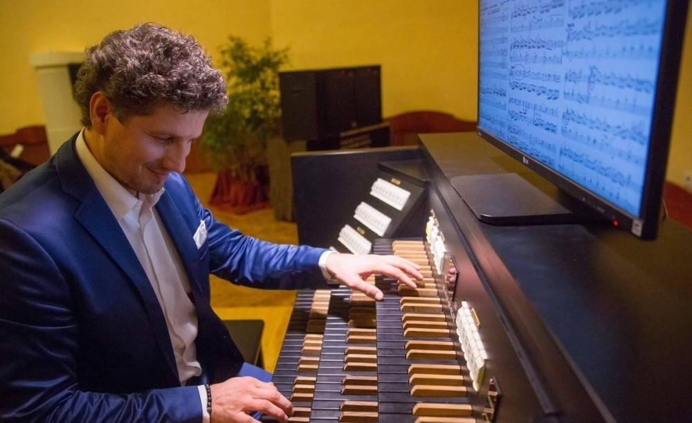 Vivaldi és Bach műveivel idézi meg a régi korok teleit hangversenysorozatán Rákász Gergely