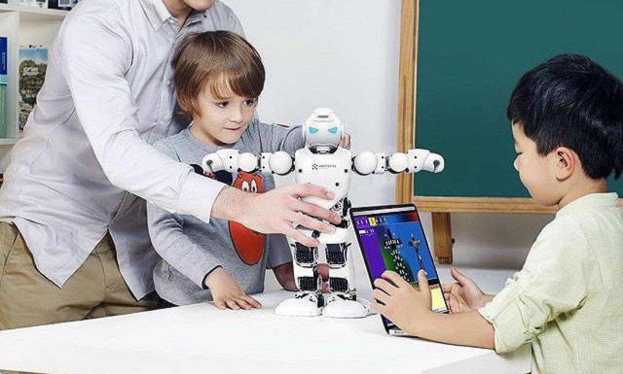 Programozható robotot kapott a kiskunfélegyházi térség 38 iskolája