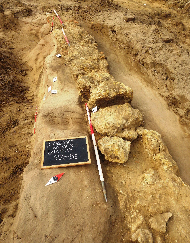 Kora újkori leleteket és Mária Terézia-korabeli pénzt is találtak a régészek Kecskeméten