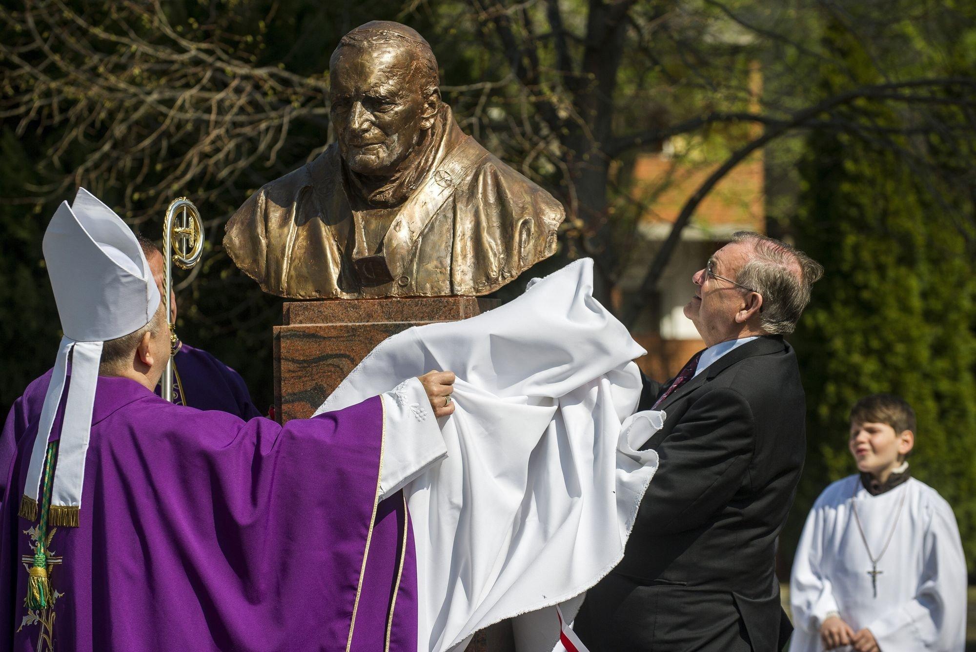 Felavatták Szent II. János Pál pápa szobrát Izsákon
