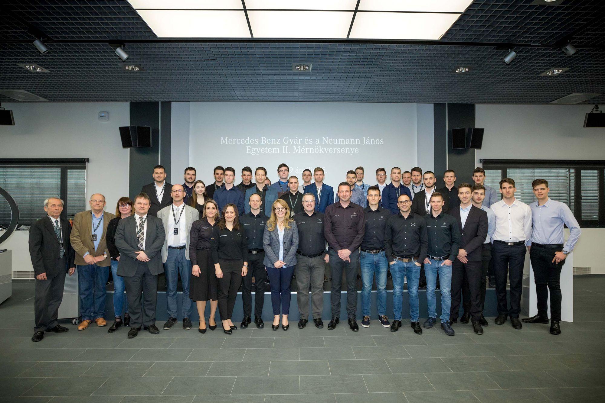 Mérnökhallgatókat díjaztak a Mercedes-Benz gyárban