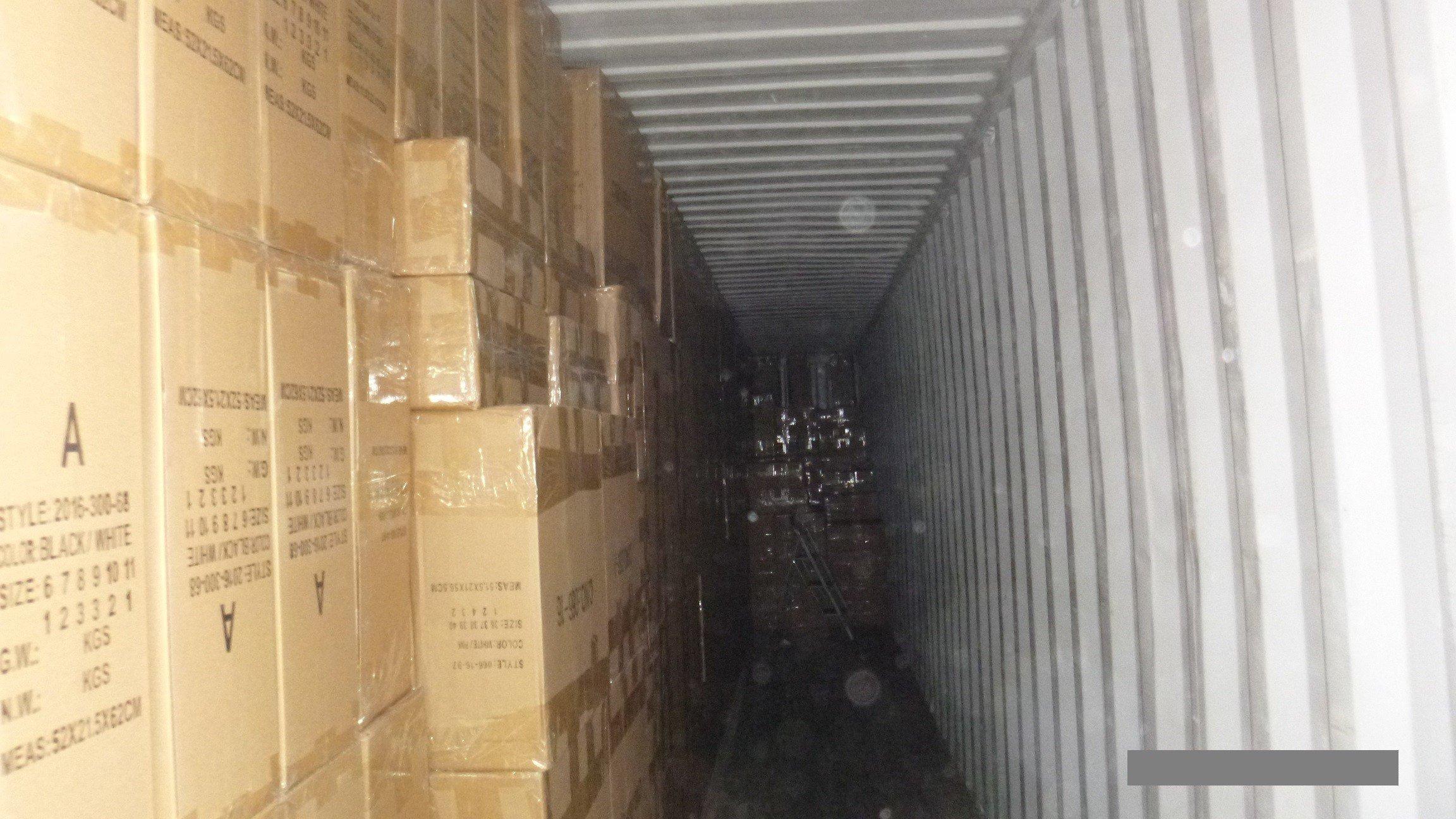 164 millió forintot érő hamis cipőket foglalt le a NAV Kelebiánál