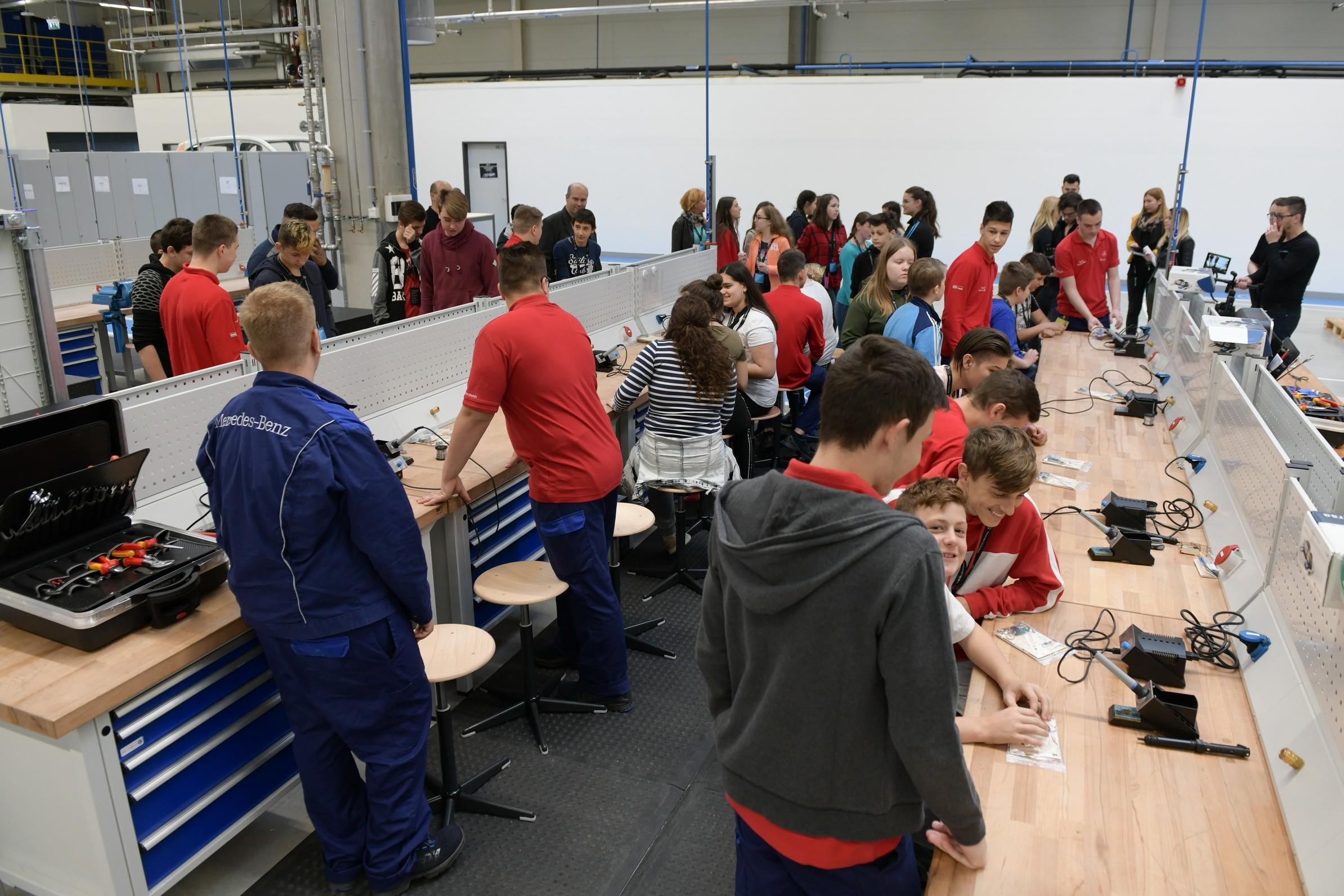 Pályaválasztás előtt álló tanulóknak mutatott be szakmákat a kecskeméti Mercedes-Benz gyár