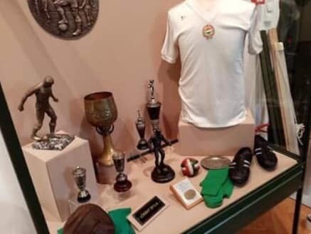 A magyar futball aranykorát mutatja be a kecskeméti Cifrapalota legújabb tárlata