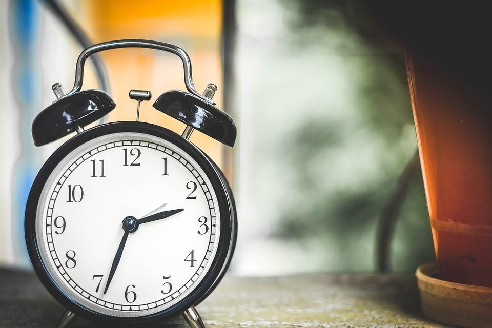Vasárnap kezdődik a megtakarítási időszak