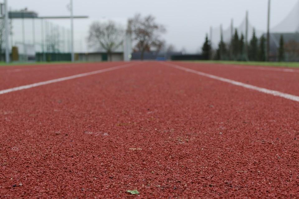Elkészült Komló első gumiborítású futópályája