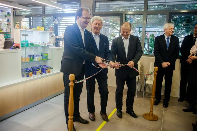Átadták a Pécsi Tudományegyetem UNIV gyógyszertárát