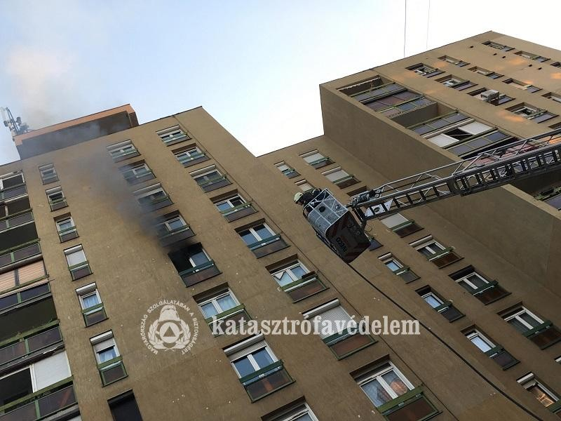 Lakástűz miatt kiürítettek egy tízemeletes panelházat Pécsen