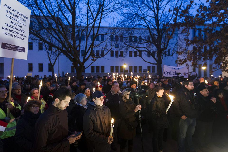 Több százan tiltakoztak a Székesfehérvárra tervezett Hóman-szobor ellen