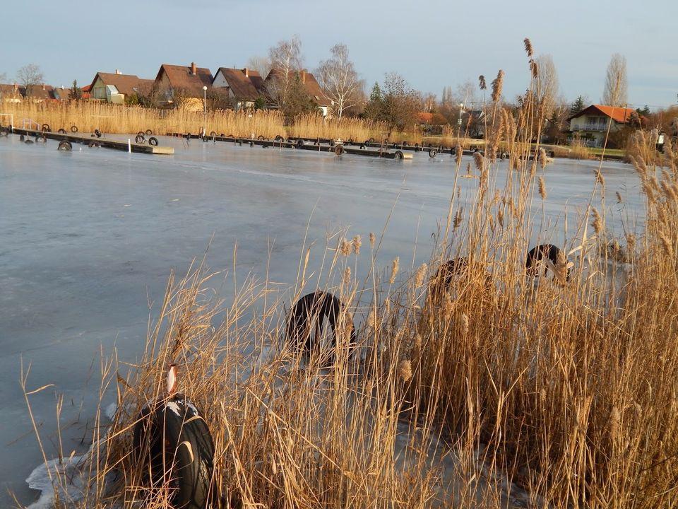 Még nem lehet a Velencei-tó jegére menni