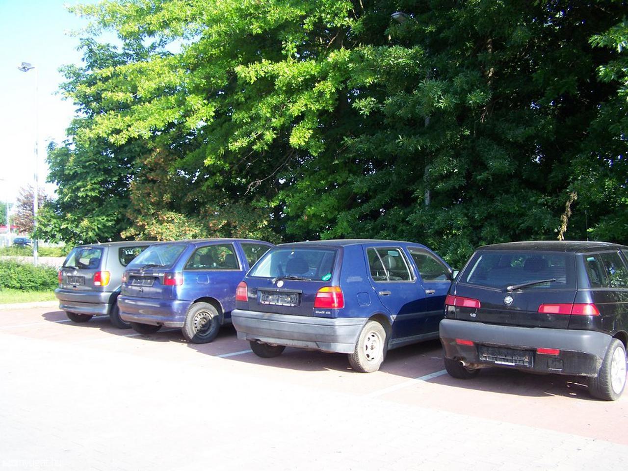 Piros pont a szabályosan parkolóknak, fekete a szabálytalankodóknak