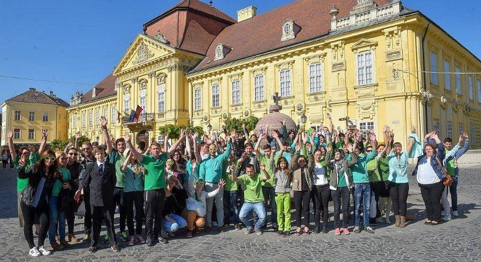 Zöldbe borították a diákok a várost