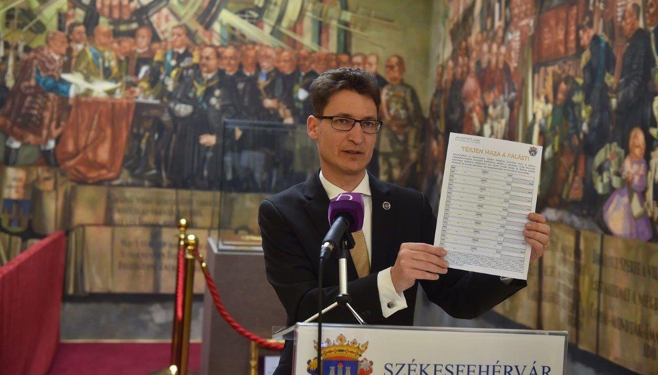 Térjen haza a palást! - aláírásgyűjtés Fehérváron
