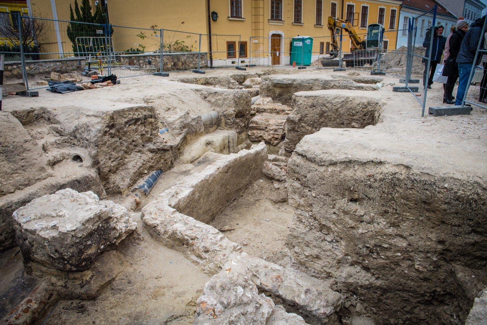 Az egykori négykaréjos templom maradványait kutatják a Bazilika előtt Székesfehérváron