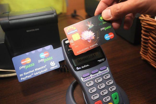 A rendőrség és bankszövetség szerint biztonságosak az érintős bankkártyák