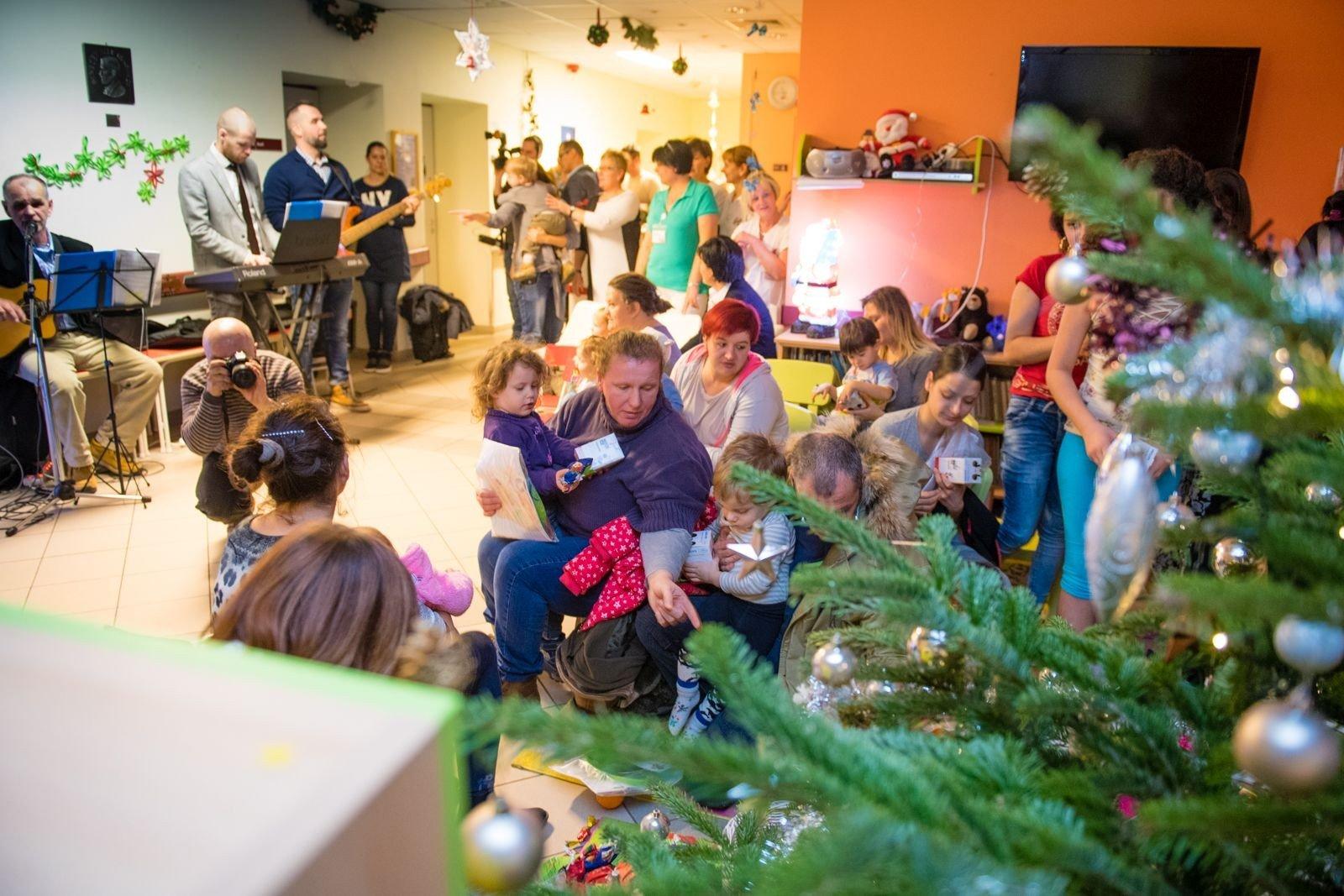 Karácsonyi ajándékozás a Fejér Megyei Szent György Kórház gyermekosztályán