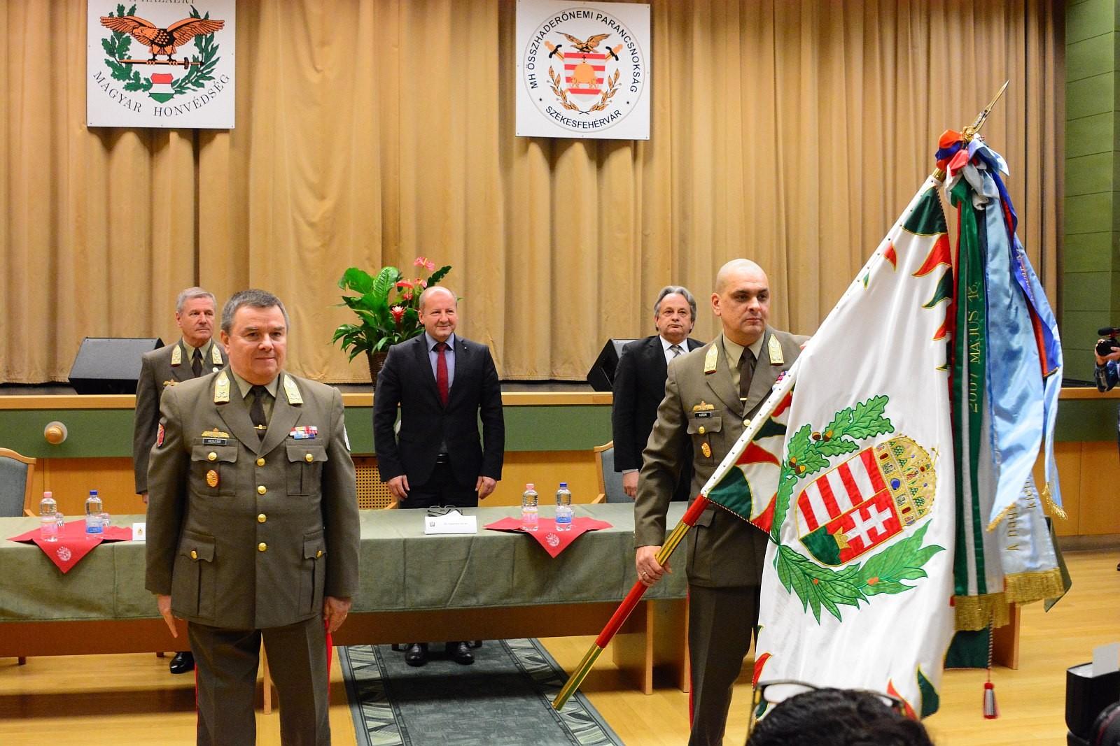 Új parancsnokot avattak az ÖHP élére Székesfehérváron