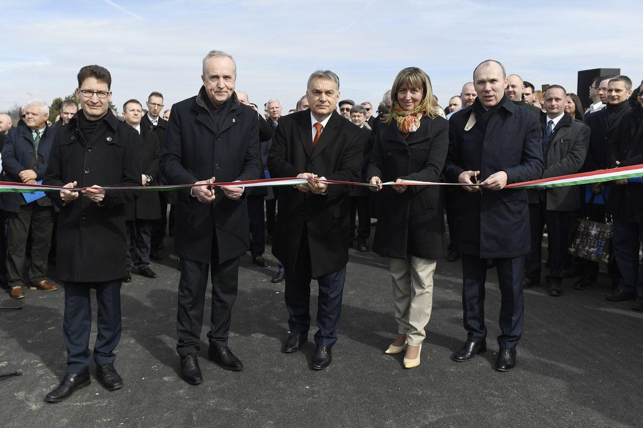Átadták a 8-as főút várpalotát elkerülő szakaszát, ezzel teljessé vált a gyorsforgalmi út Székesfehérvár és Veszprém között