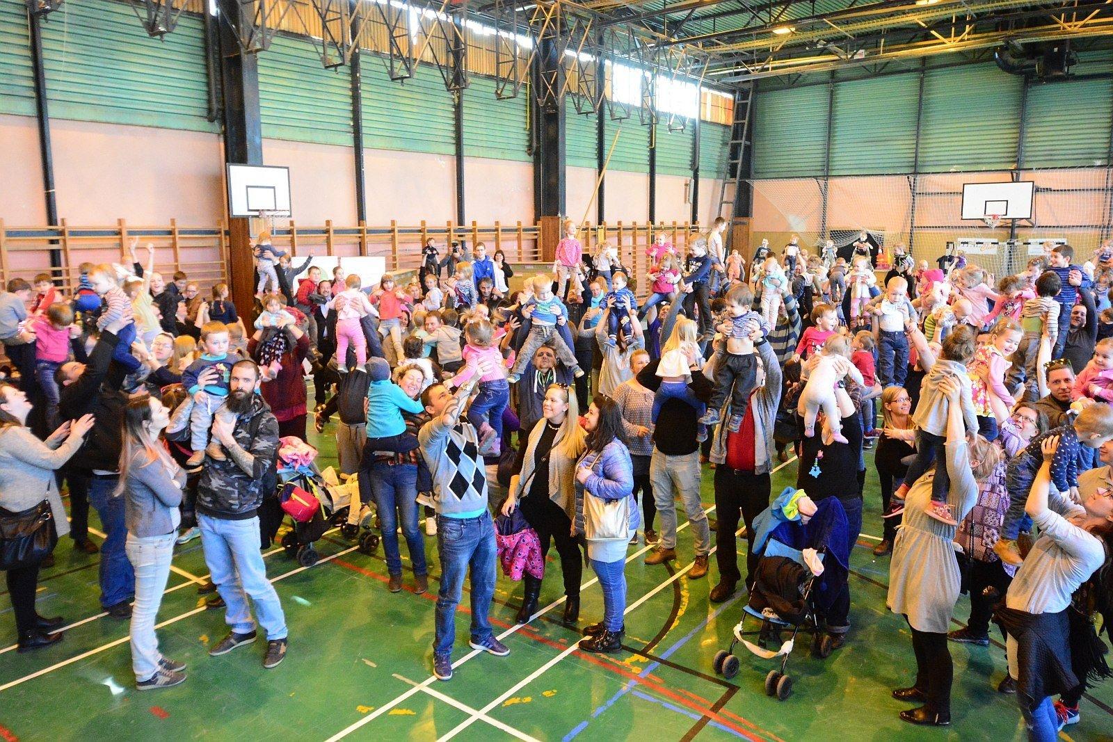Gyerekemelés a gyermekvállalásért - Fehérvár is csatlakozott a világrekord kísérlethez