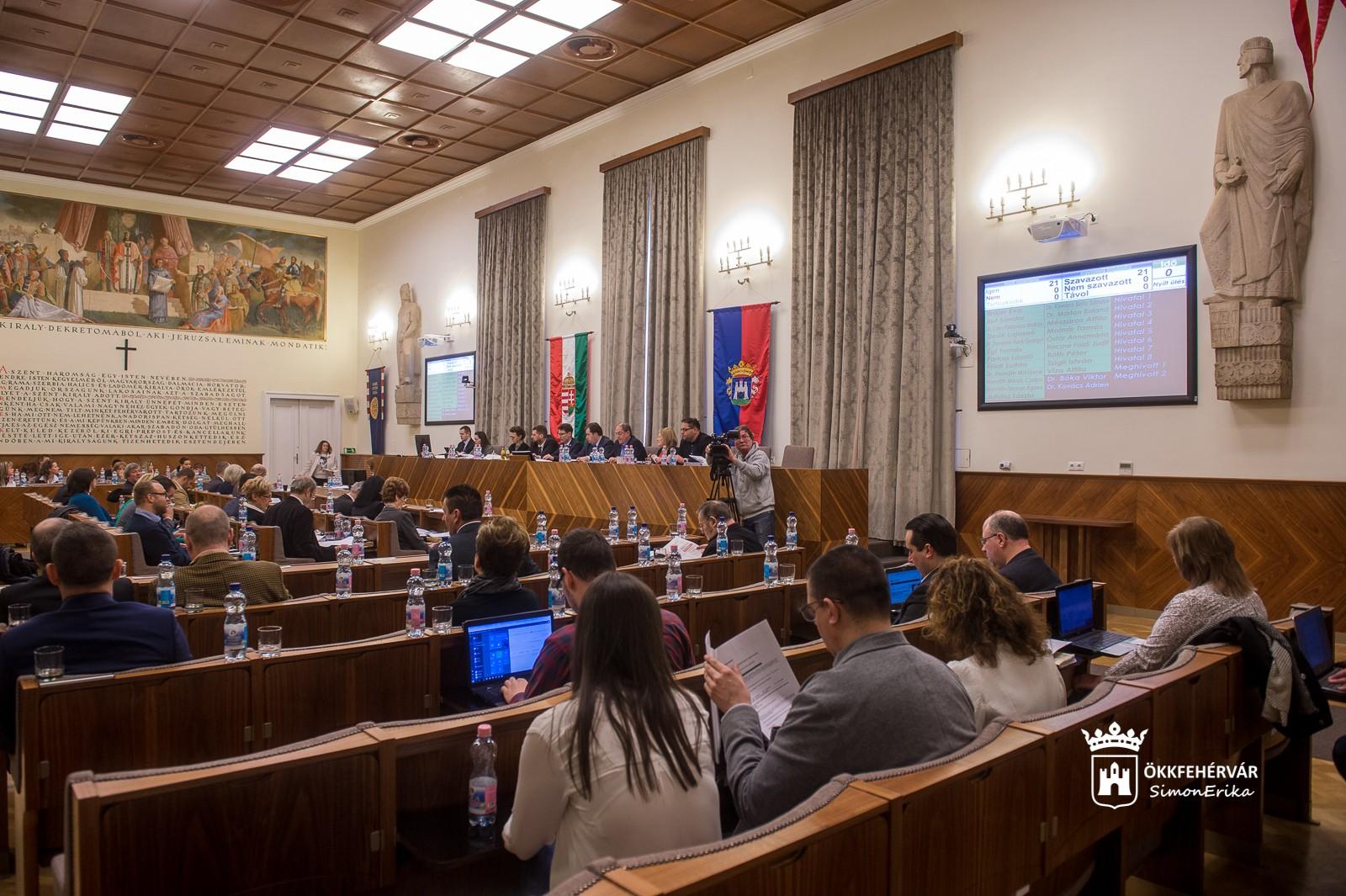 Elektromos töltőoszlopok, idősotthoni program, útfelújítások kezdődnek Székesfehérváron