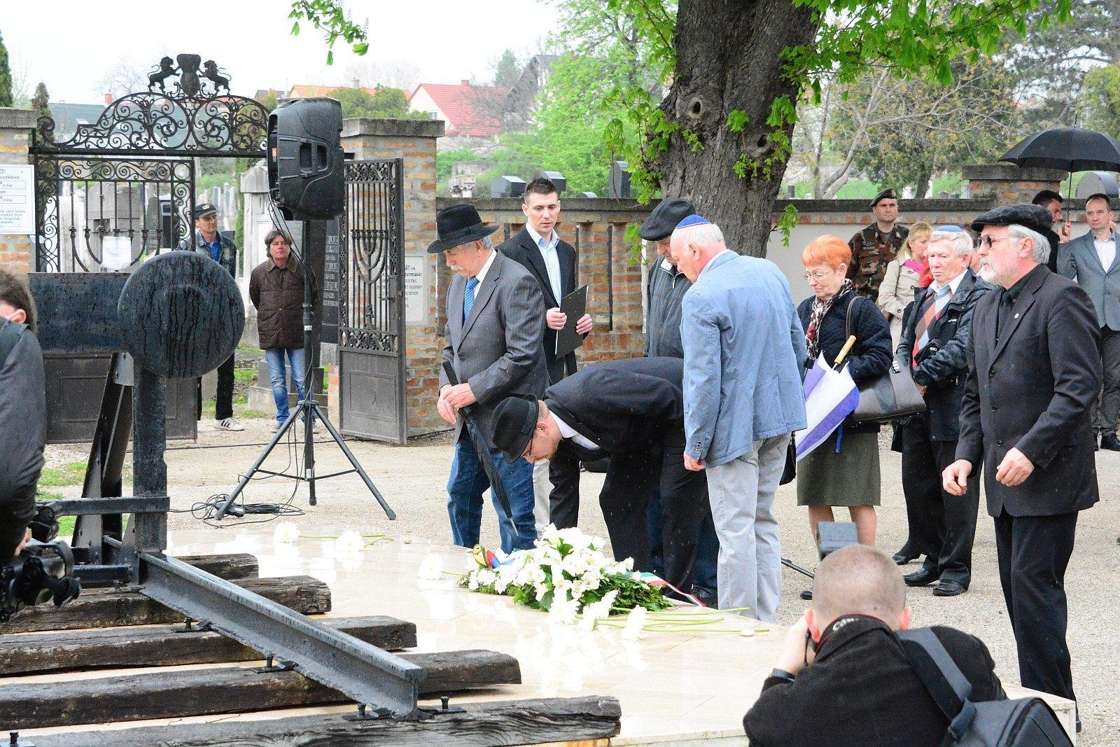 A Holokauszt áldozatainak Fehérvári emlékművénél emlékeztek hétfőn délelőtt a gyalázatra